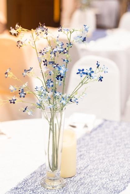 Pequeno buquê de flores colocado na mesa Foto Premium