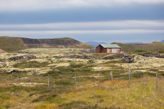 Pequeno chalé de madeira em uma paisagem incrível Foto Premium