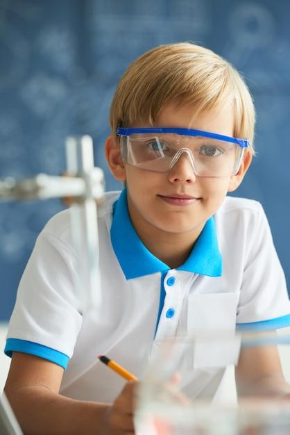 Pequeno cientista Foto gratuita