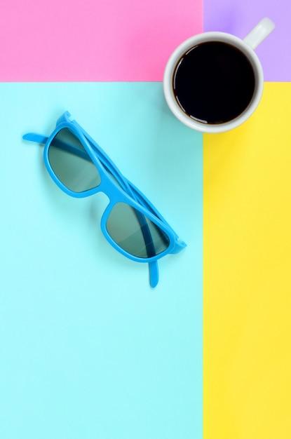 Pequeno copo de café branco e azul óculos de sol onfashion pastel azul, amarelo, violeta e rosa papel Foto Premium
