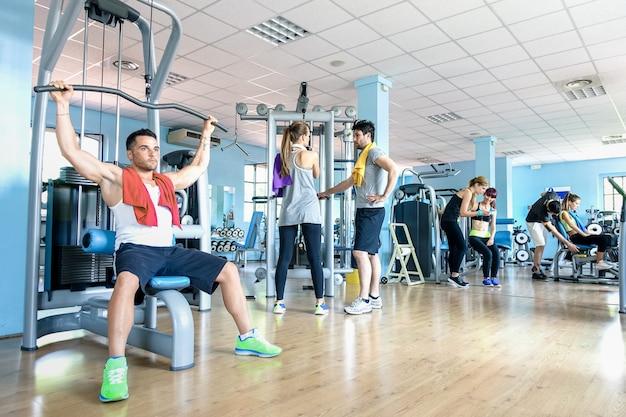 Pequeno grupo de amigos esportivos no ginásio fitness club center Foto Premium