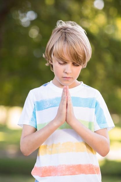 Pequeno menino dizendo suas preces Foto Premium