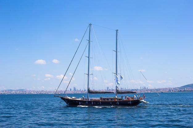 Pequeno navio no estreito de bósforo Foto Premium