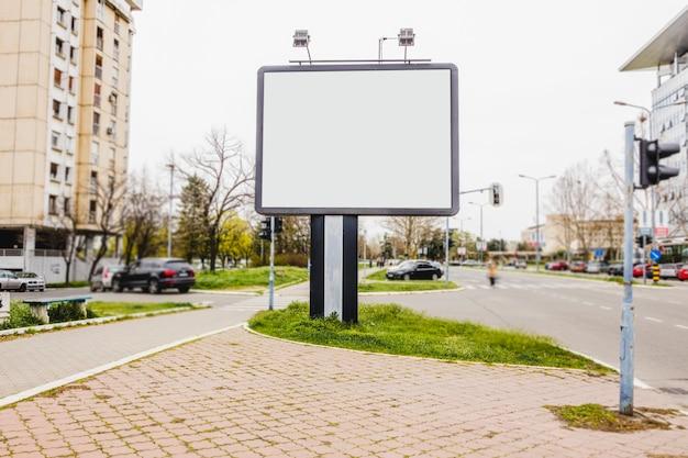 Pequeno outdoor em branco em uma rua Foto gratuita