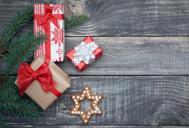 Pequeno presente de natal no inverno Foto gratuita