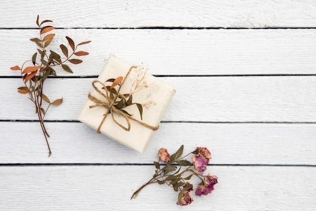 Pequeno presente fofo com plantas secas Foto gratuita