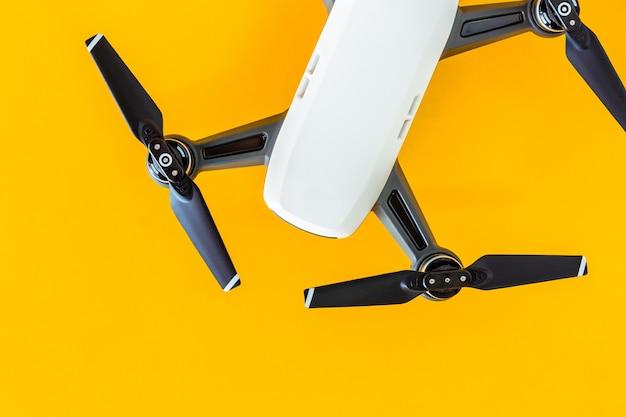 Pequenos aviões brancos sobre um fundo amarelo Foto Premium
