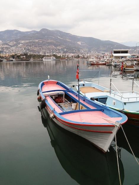 Pequenos barcos estão no porto. Foto Premium