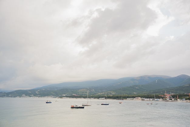Pequenos iates turísticos e barcos de pesca sem pessoas e com mau tempo Foto Premium