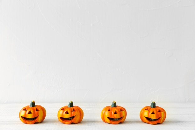 Pequenos jack-o-lanternas para festa de halloween Foto gratuita