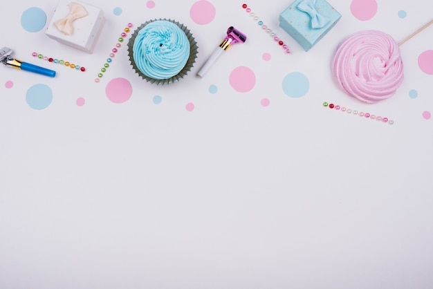 Pequenos presentes e cupcakes na mesa Foto gratuita