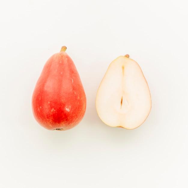 Pêra vermelha suculenta e corte ao meio pêra Foto gratuita