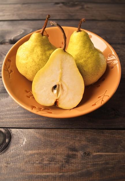 Peras amarelas frescas Foto Premium