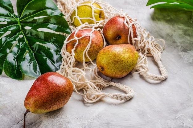Peras frescas em um saco de malha Foto Premium