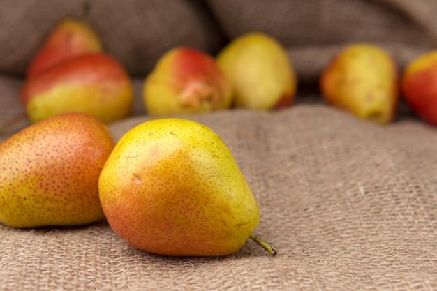 Peras maduras em cima da mesa Foto Premium
