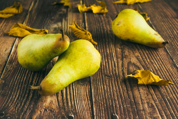 Peras verdes na mesa de madeira Foto gratuita
