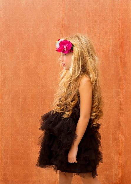 Perfil de garota garoto vestido preto sobre fundo vintage Foto Premium