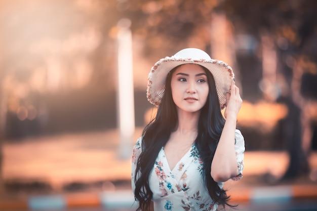 Perfil de retrato de menina bonita mulheres asiáticas e sorrindo no estilo de imagens jardim instagram Foto Premium