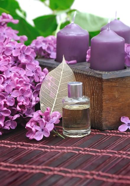 Perfume lilás com flores Foto Premium