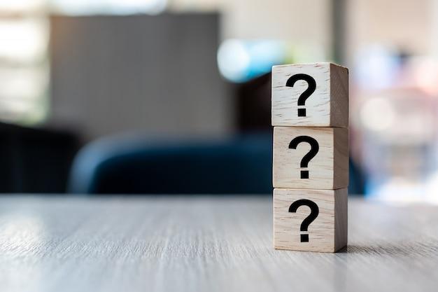 Perguntas mark (?) palavra com bloco de cubo de madeira Foto Premium