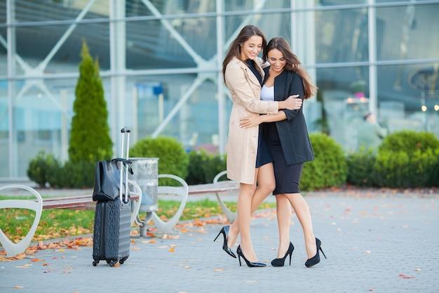 Período de férias. a tão esperada reunião no aeroporto. abraçando amigos no aeroporto Foto Premium