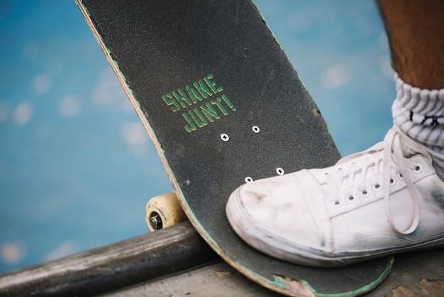 Perna com skate na rampa Foto gratuita