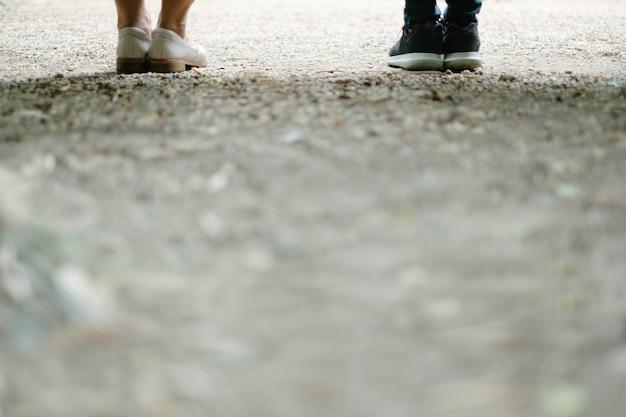 Perna de duas mulheres no jardim e cascalho Foto Premium
