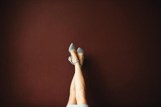 Pernas das mulheres em sapatos Foto Premium