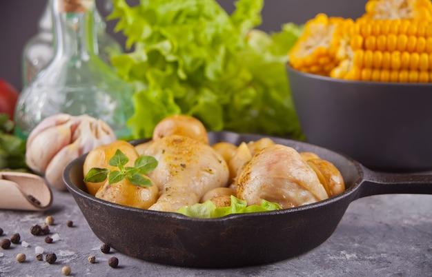Pernas de frango assado na panela preta Foto Premium