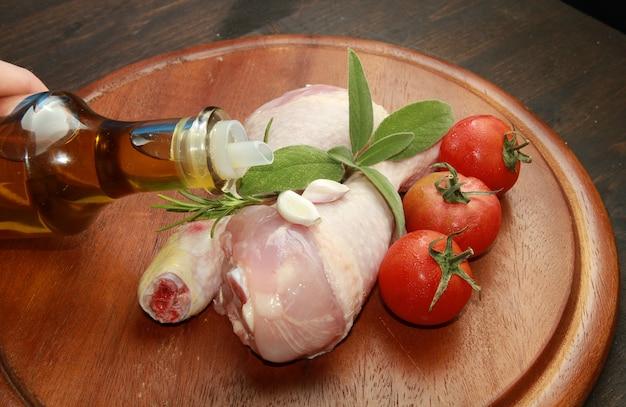 Pernas de frango cru com aromas Foto Premium
