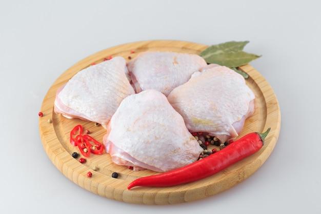 Pernas de frango cru em branco Foto Premium
