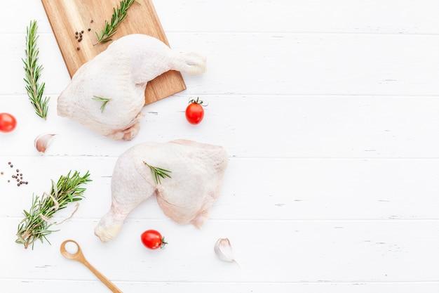 Pernas de frango cru fresco com ervas. cozinhando Foto Premium