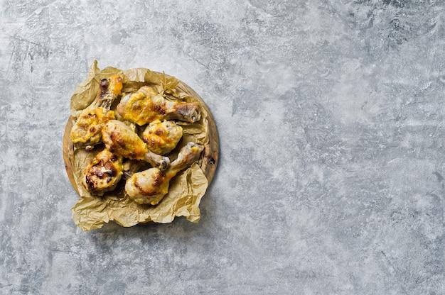 Pernas de frango para churrasco na bandeja com o papel kraft. Foto Premium