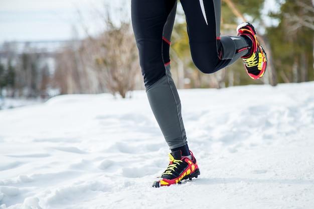Pernas de mulher correndo ao ar livre em dia de inverno Foto Premium
