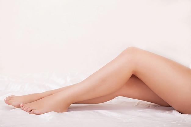 Pernas de mulher longa com pele lisa bonita Foto Premium