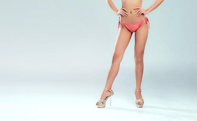 Pernas de mulher sexy em biquíni rosa Foto Premium