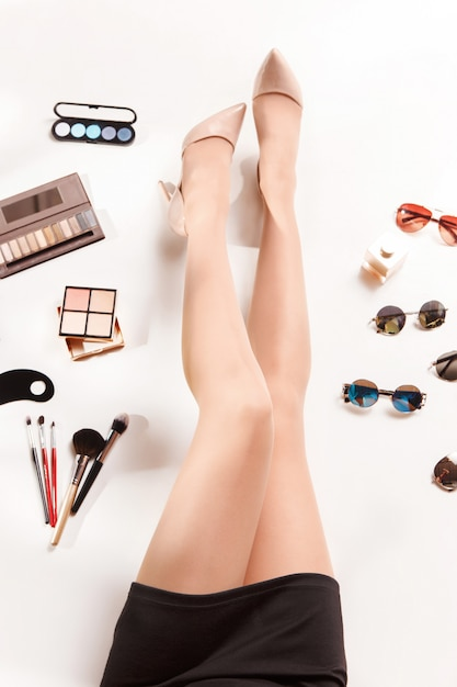 Pernas de mulheres e verão moda acessórios elegantes vista superior Foto gratuita
