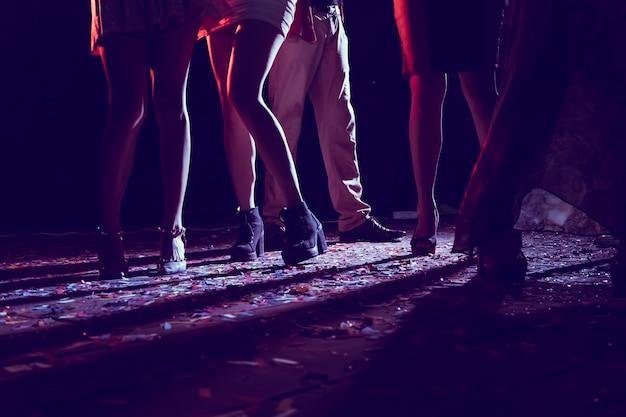 Pernas de pessoas dançando na festa. Foto Premium