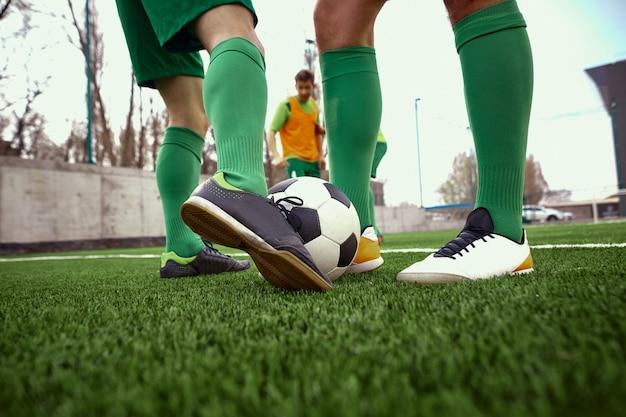 Pernas do jogador de futebol Foto gratuita