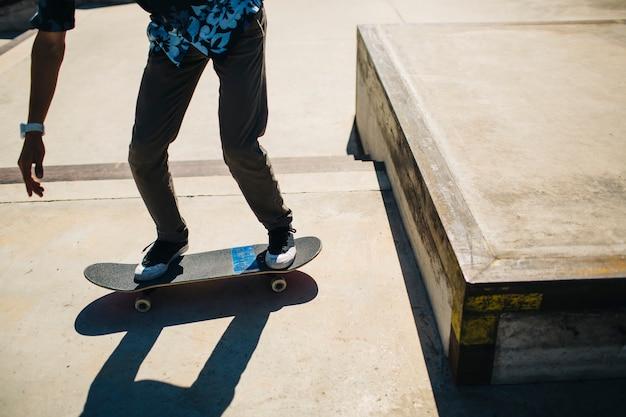 Pernas do patinador depois de saltar Foto gratuita