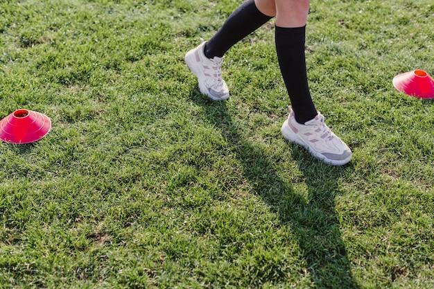 Pernas femininas andando através de cones Foto gratuita
