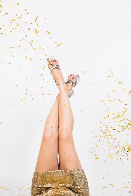 Pernas femininas na festa Foto gratuita