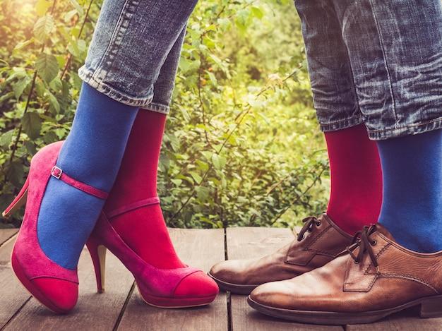 Pernas masculinas e femininas, meias brilhantes. fechar-se Foto Premium