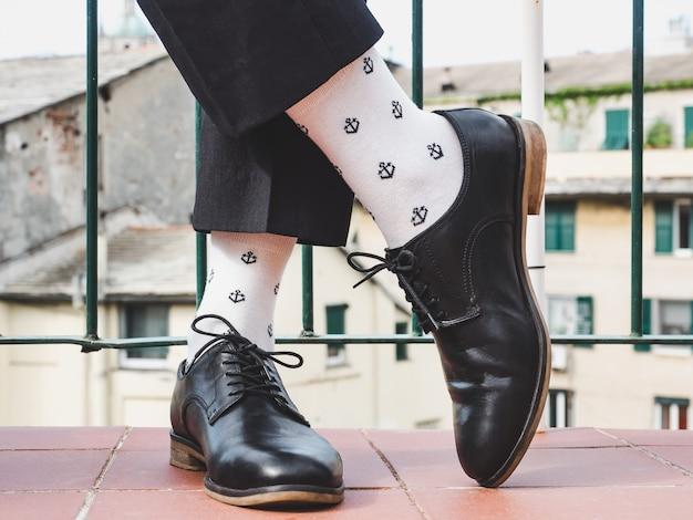 Pernas masculinas, sapatos elegantes e meias coloridas Foto Premium