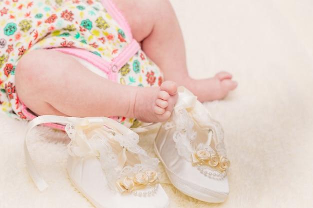 Perninhas do bebê em uma manta leve Foto Premium