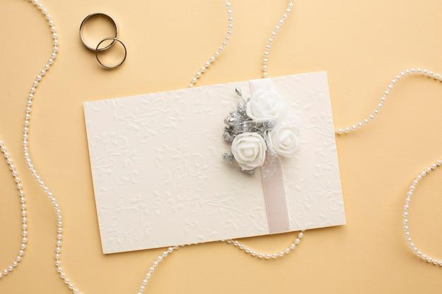 Pérolas e anéis de conceito de casamento de luxo Foto gratuita