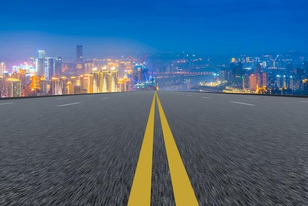 Perspectiva de transporte sinuosa linha tracejada vazia Foto gratuita