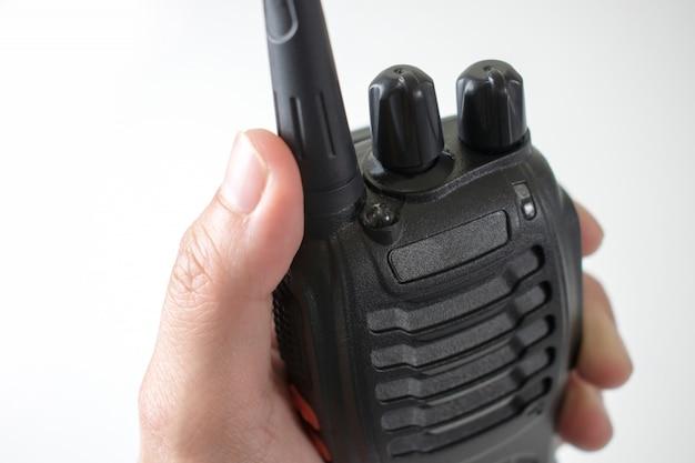 Perto da mão, usando comunicação por rádio. isolado no fundo branco. Foto Premium