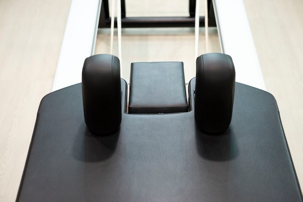 Perto da máquina de treinamento físico de pilates e alongamento de flexibilidade na academia Foto Premium