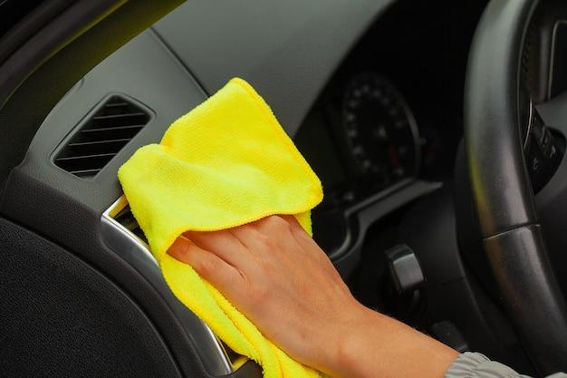 Perto da mulher limpando o interior do carro com um pano amarelo. Foto Premium